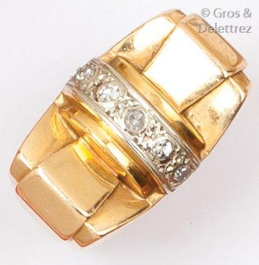 Bague «tank» en or jaune ornée de trois diamants...