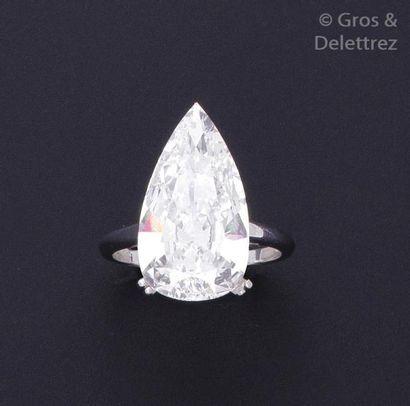Bague en or gris ornée d'un important diamant...