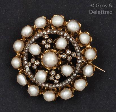 Broche en or jaune et argent ornée de perles...