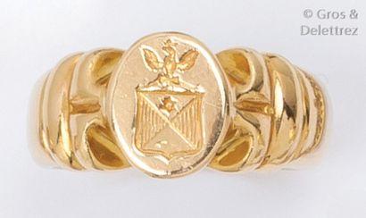 Bague chevalière en or jaune godronné gravée...