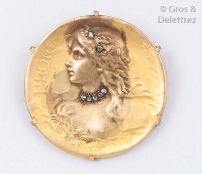 Broche ronde en or jaune ornée d'un portrait...