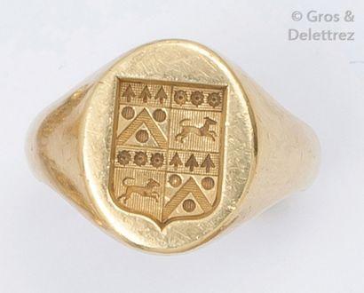 Chevalière en or jaune gravée d'armoiries....