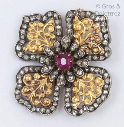 Broche «Fleur» en or jaune et argent ciselé...