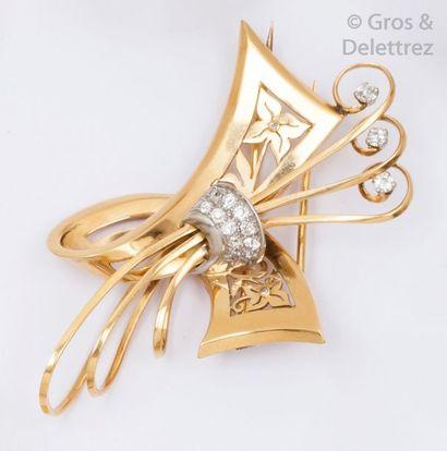 Broche «?ruban?» en or jaune ajouré à décor...