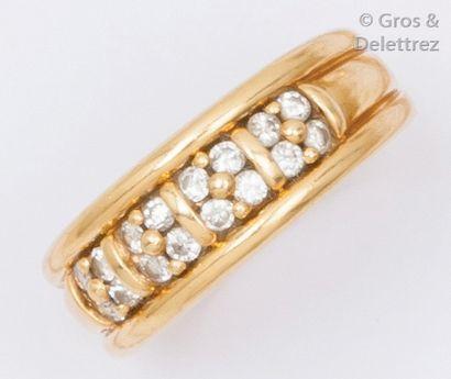 Bague en or jaune ornée de pavage de diamants...