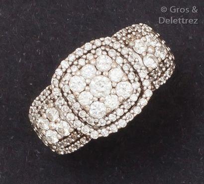 Bague en or gris ornée d'un pavage de diamants...