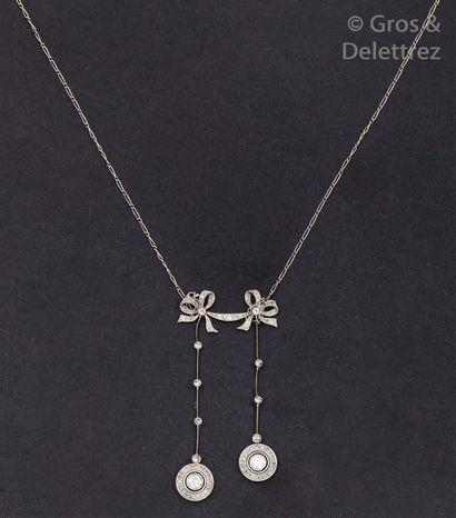 Collier négligé en or gris à décor de nœuds...