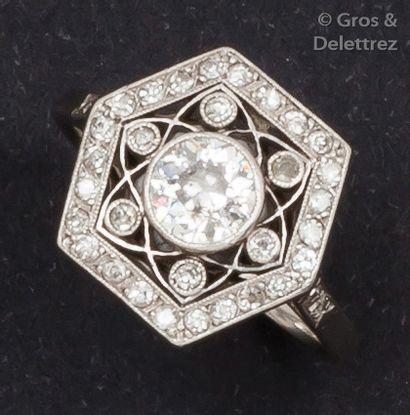 Bague en or gris ornée de diamants taillés...