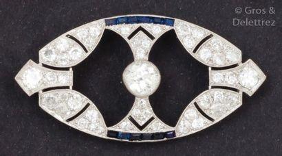 Broche en platine ajouré ornée d'un diamant...