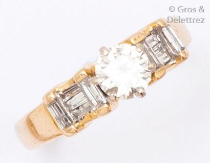 Bague en or jaune ornée d'un diamant taillé...