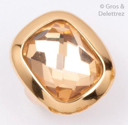 Bague en or jaune ornée d'un cristal de roche...