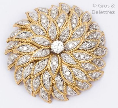 Broche «?fleur?» en or jaune et or gris entièrement...
