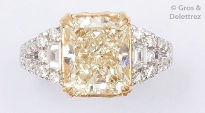 Bague en or jaune et or gris ornée d'un diamant...