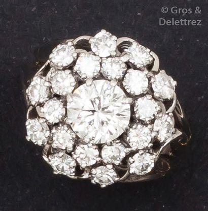 Bague «?fleur?» en or gris ornée d'un diamant...