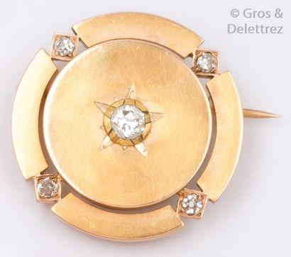 Broche en ronde en or jaune ornée de diamants...