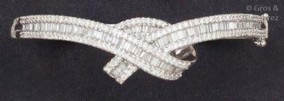 Bracelet «?Nœud?» en or gris orné de diamants...