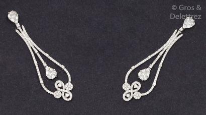 Paire de pendants d'oreilles en or gris ajouré...