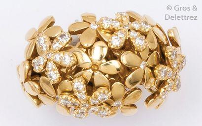 Bague en or jaune ajouré à décor de fleurs...
