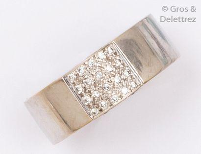 Anneau en or gris orné d'un pavage de diamants...