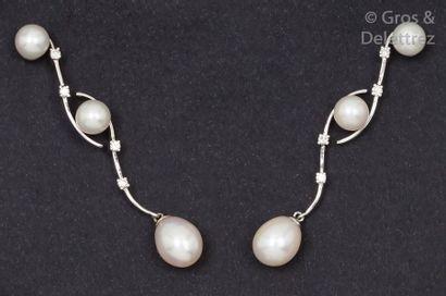 Paire de pendants d'oreilles en or gris à...