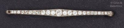 Broche barrette en platine ornée de diamants...