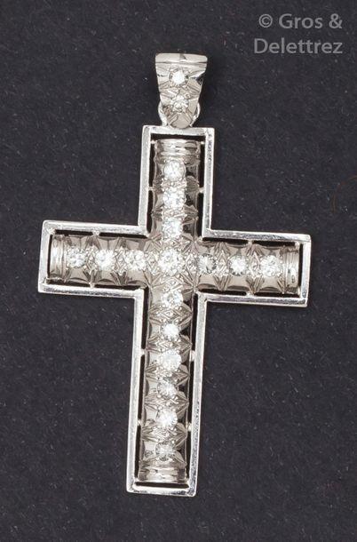 Pendentif «?Croix?» en or gris ciselé et...