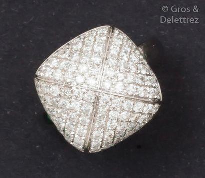 Bague en or gris ornée d'un motif carré pavé...