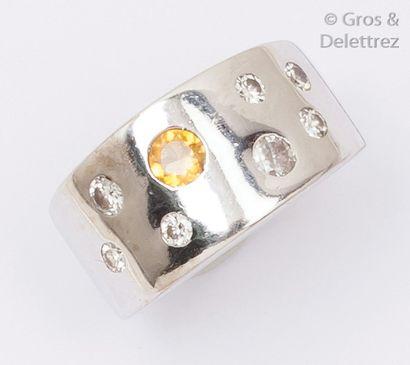 Bague jonc en or gris ornée de diamants taillés...