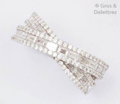 Bague «?Croisée?» en or gris ornée de diamants...