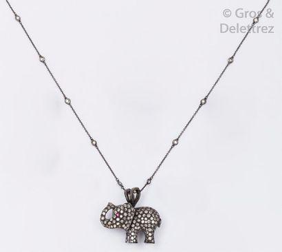 Chaîne sertie de diamants et pendentif «?Éléphant?»...