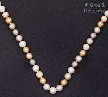 Collier de trente-deux perles de culture...