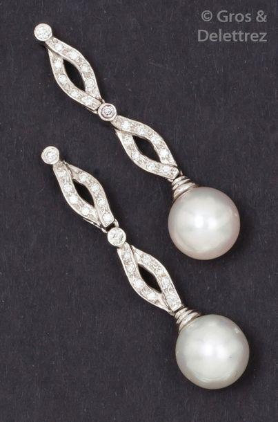 Paire de pendants d'oreilles en or gris tressé...