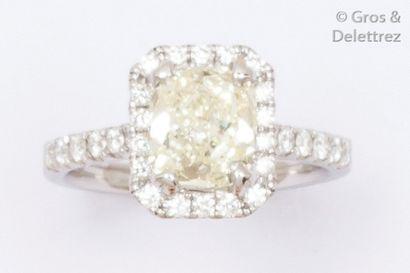 Bague en or gris ornée d'un diamant taillé...