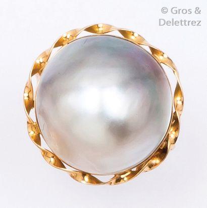 Bague en or jaune ornée d'une perle mabé....
