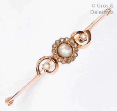 Bracelet rigide ouvrant en or rose ajouré...