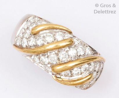 Bague en or jaune et or gris ornée de diamants...