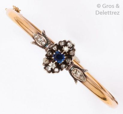 Bracelet rigide ouvrant en or jaune et argent...
