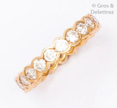 Alliance en or jaune entièrement sertie de diamants taillés en brillant. Tour de...
