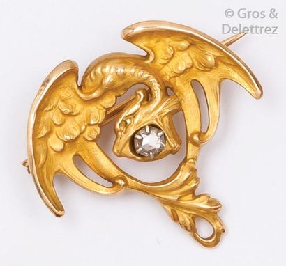 Broche «?chimère?» en or jaune ciselé ornée...
