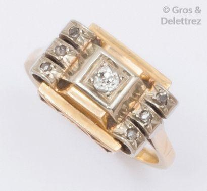Bague à pont en or jaune ornée de diamants...