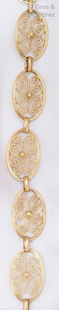 Bracelet en or jaune à maillons filigranés....