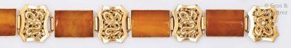 Bracelet articulé en or jaune orné de motifs...