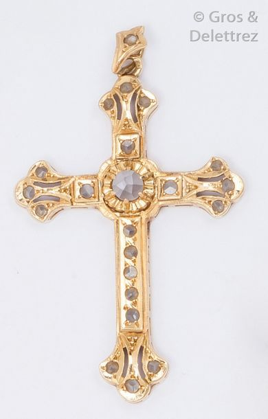 Pendentif «?Croix?» en or jaune ciselé orné...