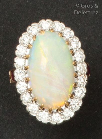 Bague en or jaune ornée d'une opale (fêlée)...