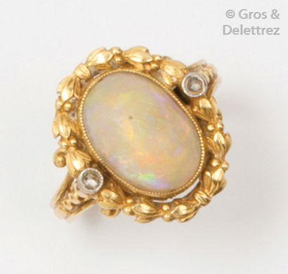 Bague en or jaune ciselé ornée d'une opale...