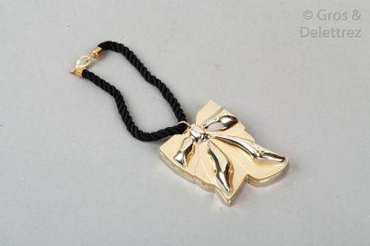 Yves Saint LAURENT Étui de sac à rouge à lèvres en métal doré figurant un nœud, retenu...