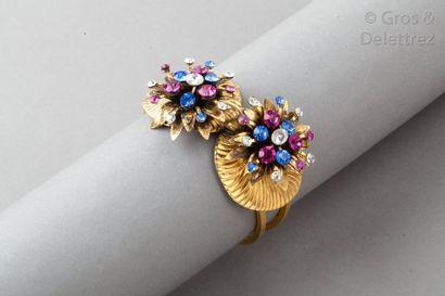 ANONYME Bracelet jonc ouvrant en métal doré à double tige, surmonté de deux motifs...