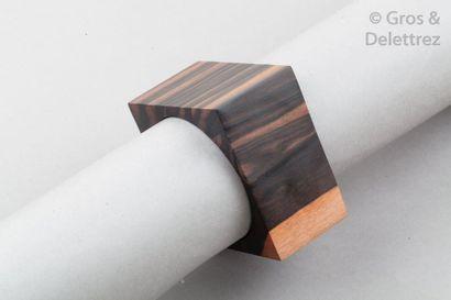 NATURE Large bracelet manchette en bois des îles 41mm à motif géométrique. Signé....