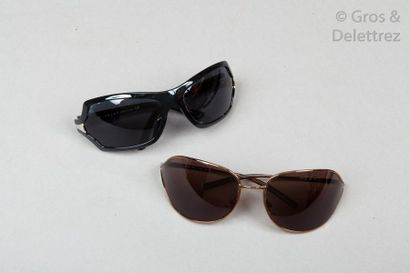 PRADA Lot de deux paires de lunettes de soleil, l'une en résine noire, l'autre en...