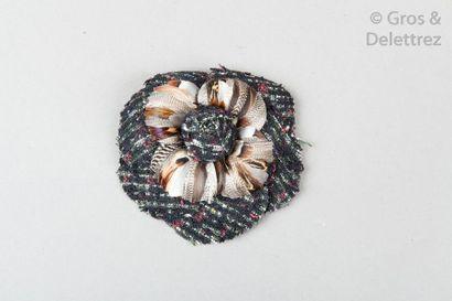 CHANEL Broche «?Camélia?» en tweed multicolore et plumes de perdrix. Signée sur plaque....